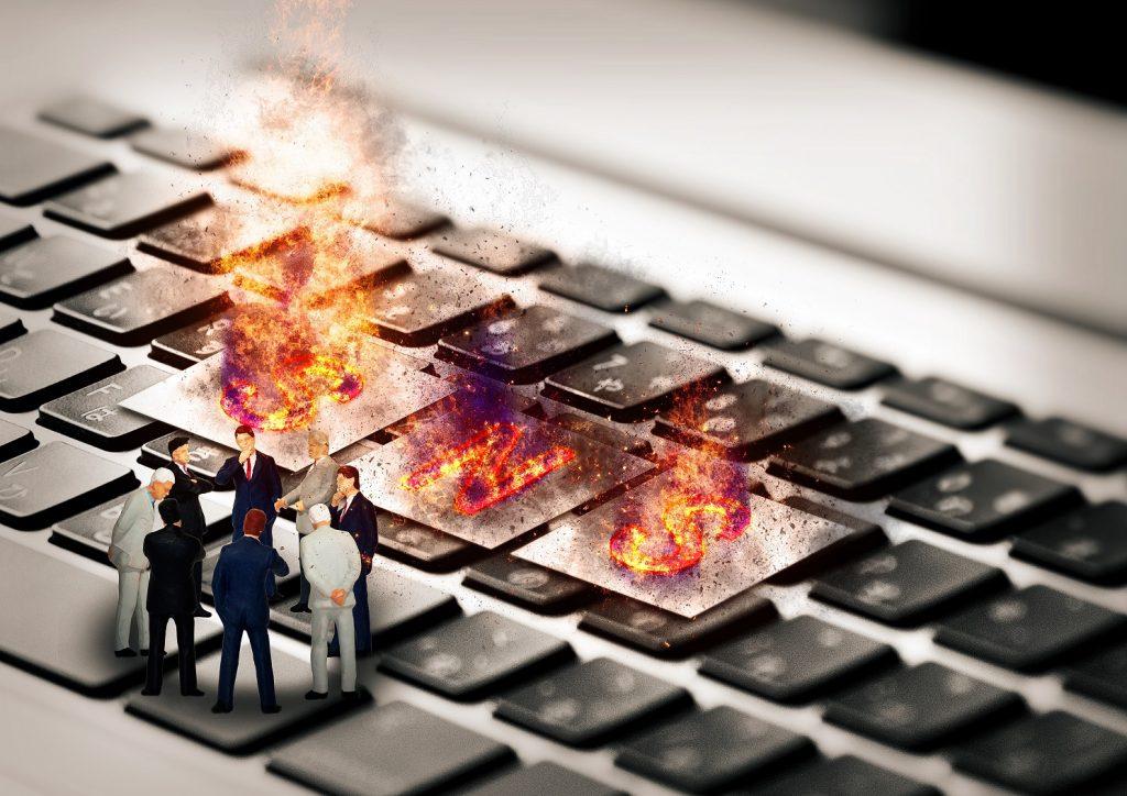 企業SNSのトラブル事例3選!炎上の特徴とは